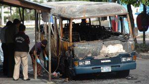 Las dolorosas imágenes del ataque más criminal de la pandilla 18 contra pasajeros de un microbús