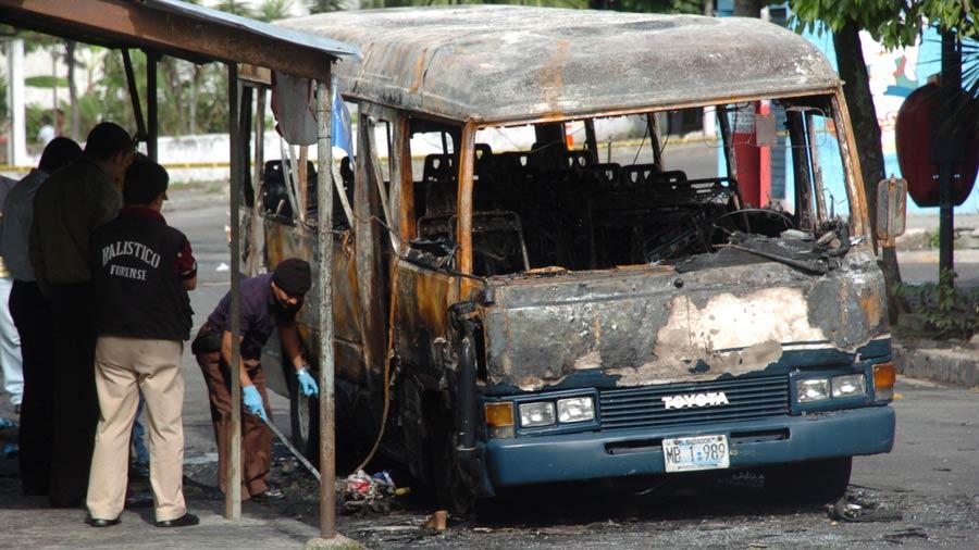 Microbús-quemado-Mejicanos_14