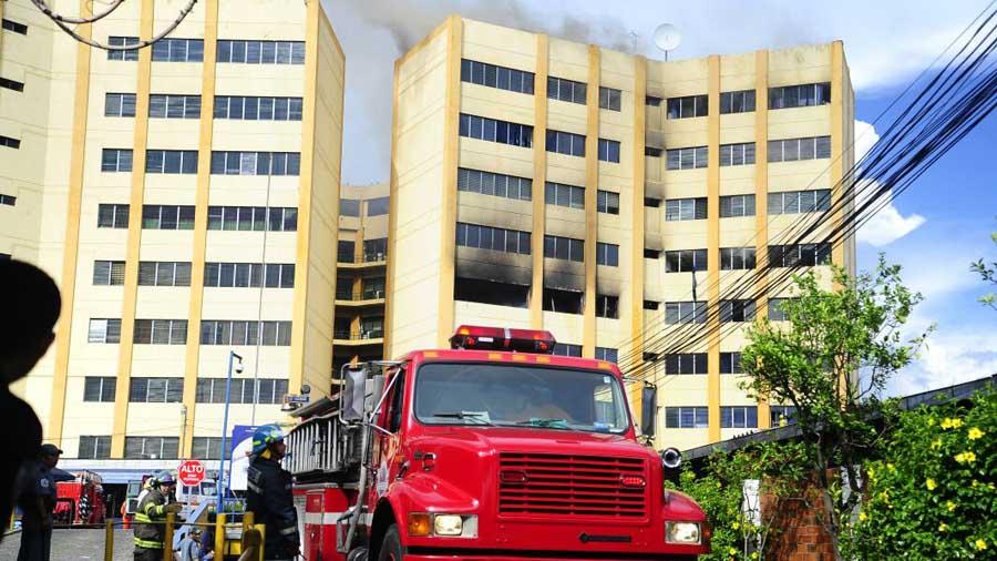 Incendio consume torre de ministerio de Hacienda en El Salvador