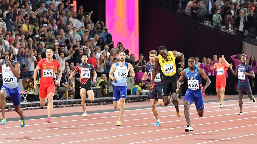 Jamaica's Usain Bolt (2R) pulls up injured in the final of the men's