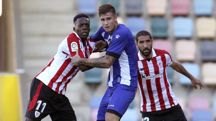 El delantero del Athletic de Bilbao Iñaki Williams (i) lucha con el jugador  del Alavés durante la final de la I Euskal Herriko Kopa 9a06eb1189199