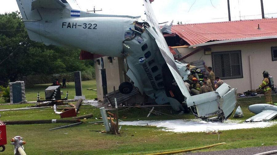 Un muerto al estrellarse avioneta militar contra edificio en Honduras