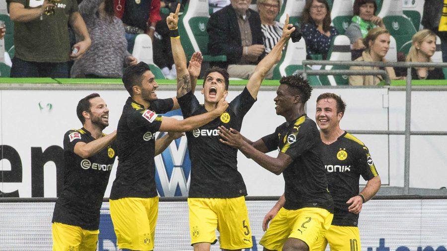 Bartra (al centro) festejando con mucha furia su gol al Wolfsburgo.   Foto  Por EFE a55dcd97c91