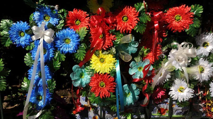 Resultado de imagen para flores artificiales para difuntos el salvador