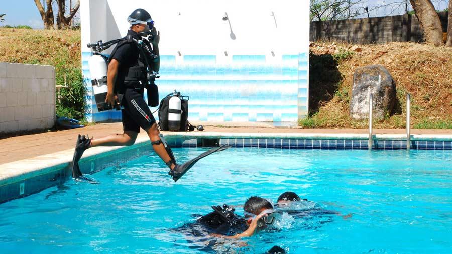 Dos militares presos por muerte de soldado naval for Solados para piscinas
