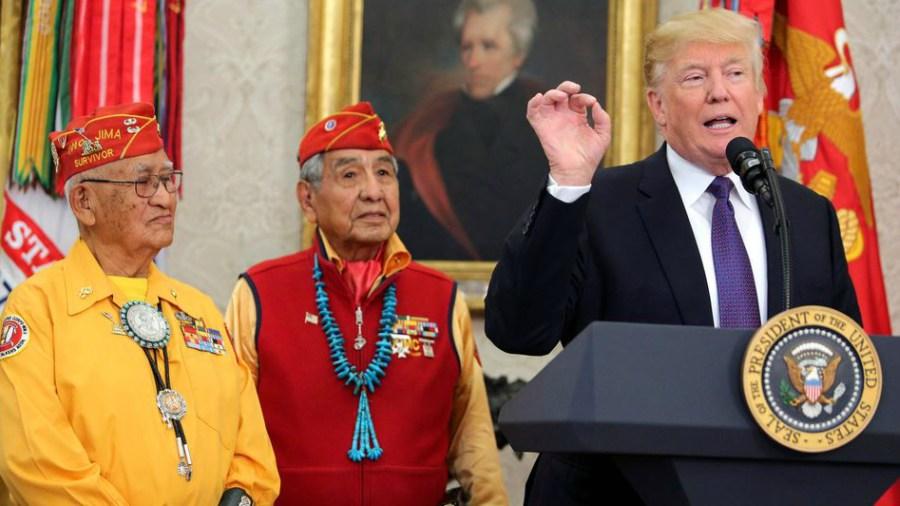 Trump llama Pocahontas a senadora frente a nativos indígenas