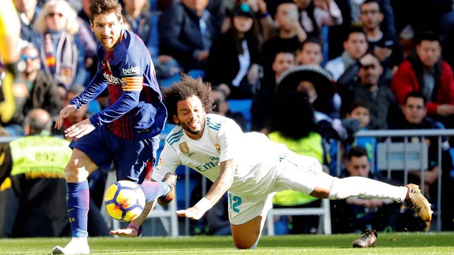 0b5c22660e853 La nueva genialidad de Messi  asistencia de gol descalzo ...
