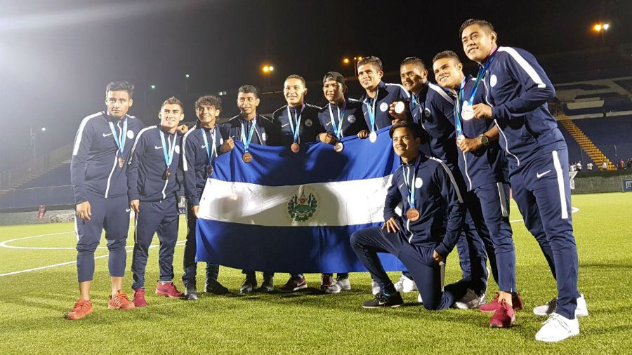 03f02245ae1b7 Selección de El Salvador posa con la medalla de bronce conseguida en los  Juegos Centroamericanos Managua 2017. Foto EDH   Foto Por Cortesía Claudio  Martínez ...