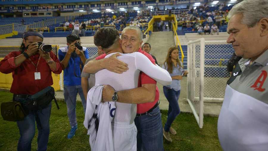 Eduardo Lara no es mas el tecnico de La Seleccion Nacional y termina contrato con FESFUT. Lara-es-recocnocido-por-Fito-Zelaya-02