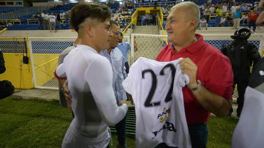 Eduardo Lara no es mas el tecnico de La Seleccion Nacional y termina contrato con FESFUT. Lara-es-recocnocido-por-Fito-Zelaya-03