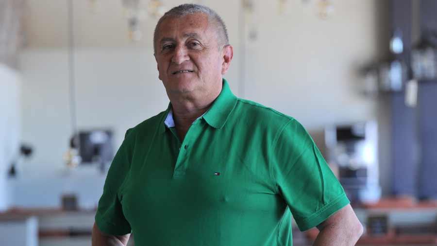 Eduardo Lara no es mas el tecnico de La Seleccion Nacional y termina contrato con FESFUT. Profe-Lara