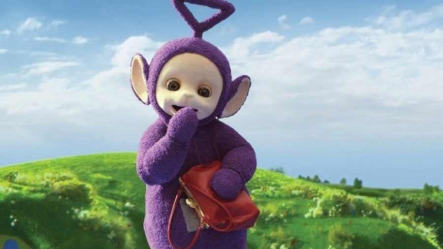 En 1997 Simon aceptó vestir el traje del personaje púrpura de los Teletubbies.