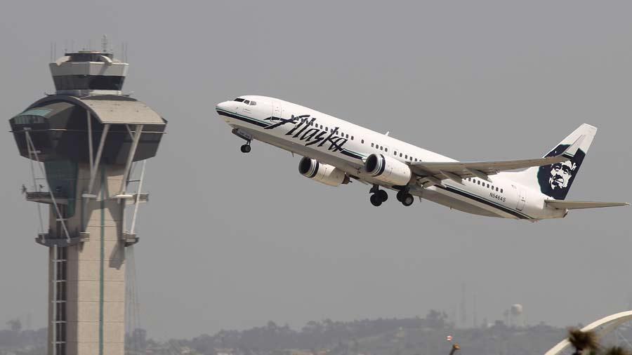 Avión aterriza por pasajero desnudo en Alaska