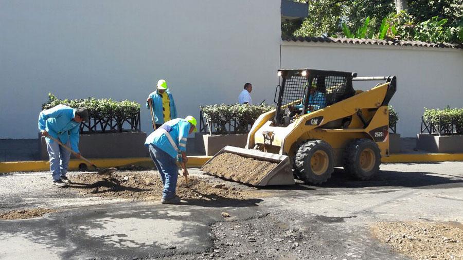 Alcaldia de San Salvador rellena baches con tierra