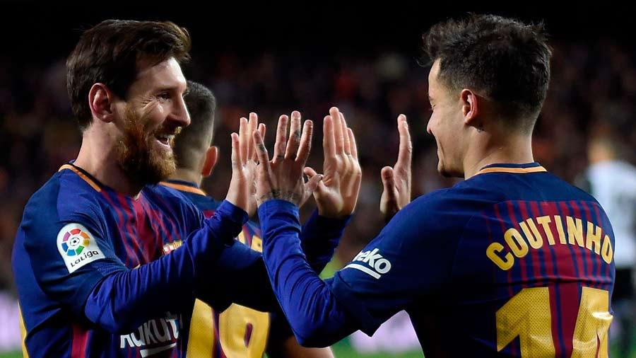 Barcelona's Brazilian midfielder Philippe Coutinho (R) celebrates a g