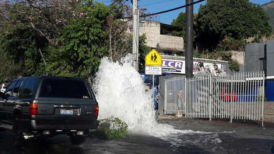 Tuber a de agua potable colapsa en calle san antonio abad for Fugas de agua madrid