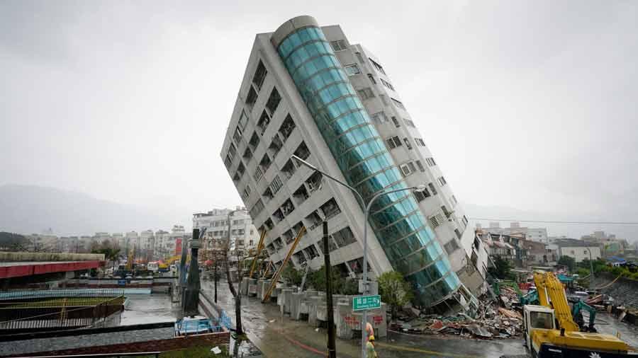 Rescates en edificios dañados en Hualien, Taiwán