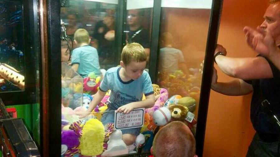 Niño queda atrapado en máquina expendedora por juguete