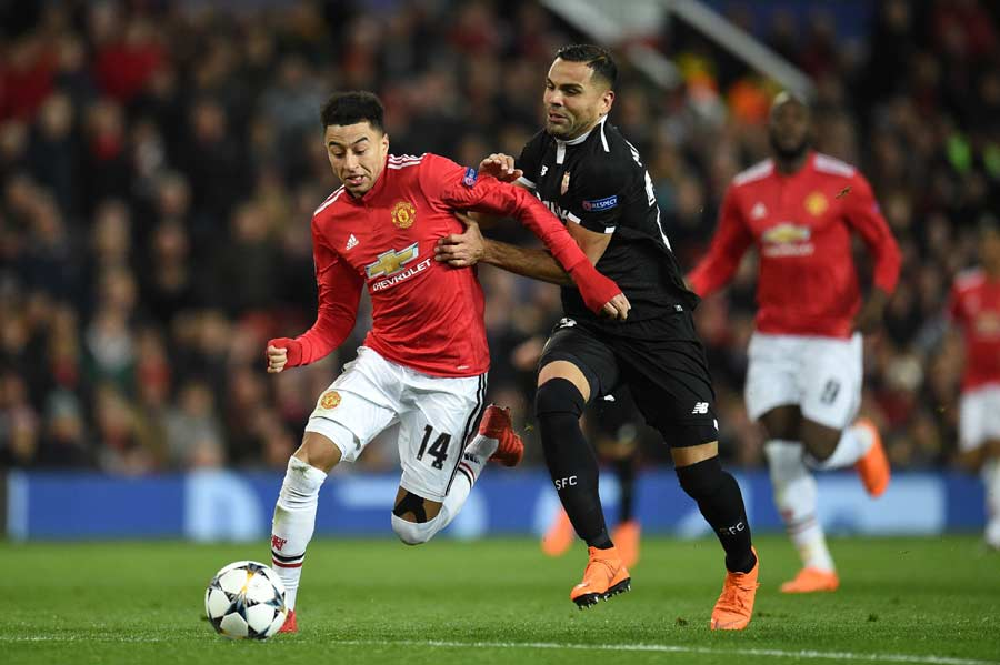 Manchester United's English midfielder Jesse Lingard (L) vies with Se