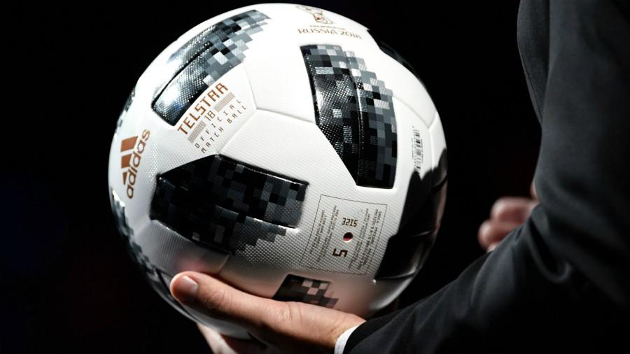 94c1a6ab3f673 La pelota oficial Telstar 18 se presenta durante el sorteo final del torneo  de fútbol de la Copa Mundial de la FIFA 2018 en el Palacio Estatal del  Kremlin ...