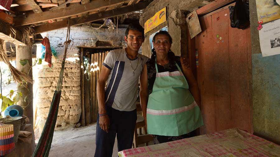 SesiÛn de fotos con Gilberto MenjÌvar, atleta de marcha, en su trabajo en el campo. SÛlo irÌa fotoperiodista