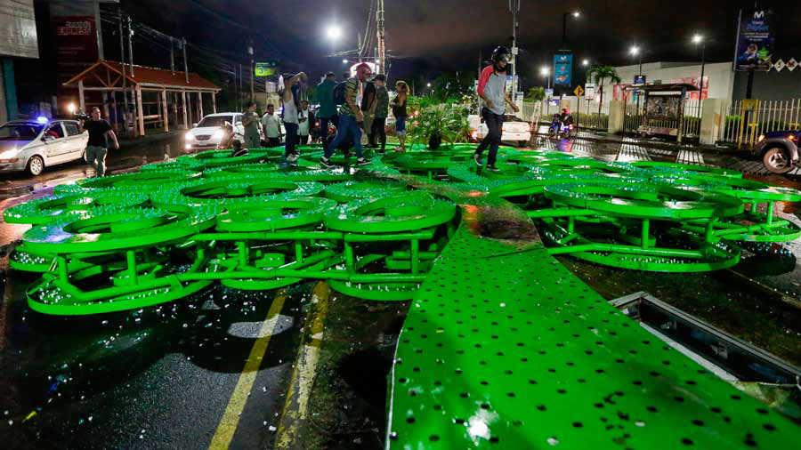 Los manifestantes que se oponen al gobierno del presidente nicaragüense Daniel Ortega derribaron una estructura metálica de