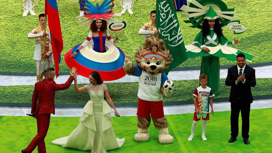 Y La Soprano Rusa Aida Garifullina Junto Al Exfutbolista Brasileno Ronaldo Nazrio Durante La Ceremonia Inaugural Del Mundial De Futbol De Rusia