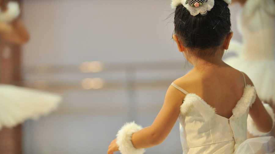 Súper papá apoya a su hija durante muestra de ballet