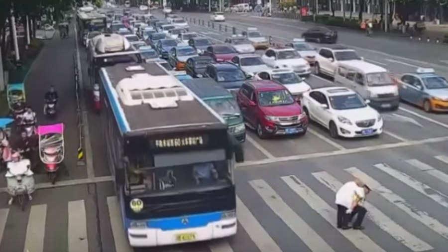 Policía carga a anciano para que pueda cruzar la calle — Emotivo viral