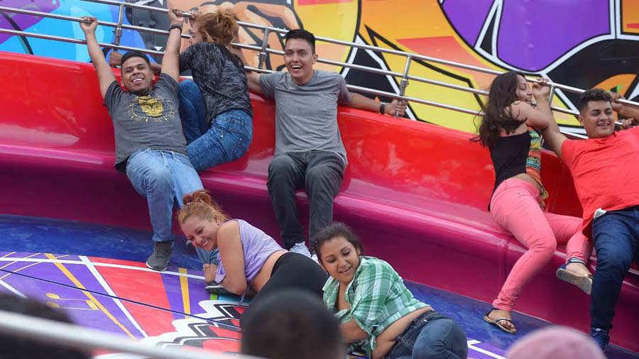 Adrenalina Comida Y Juegos Mecanicos En El Campo De La Feria