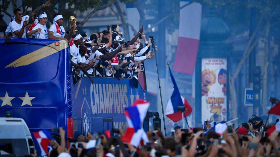 Dos muertos y casi 300 detenidos durante festejos en Francia