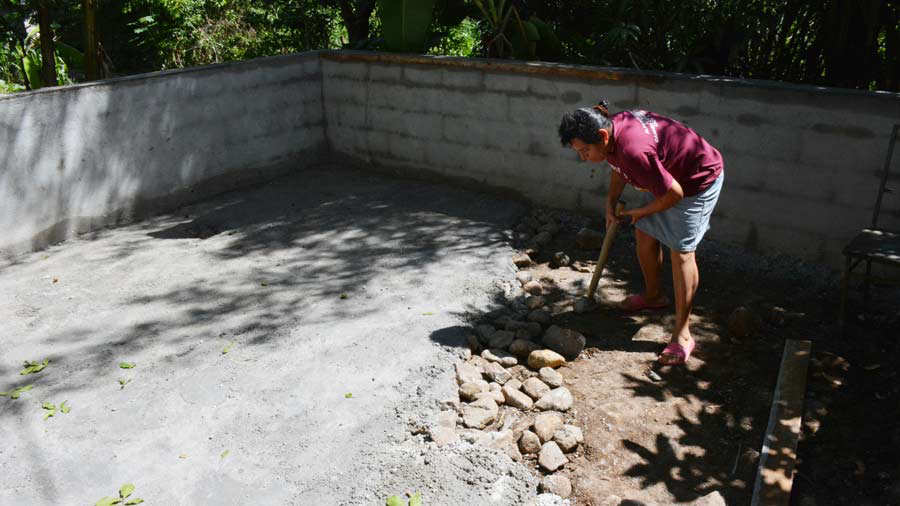 En ahuachap n construyen estanque para cultivar tilapia for Proyecto de tilapia en estanques