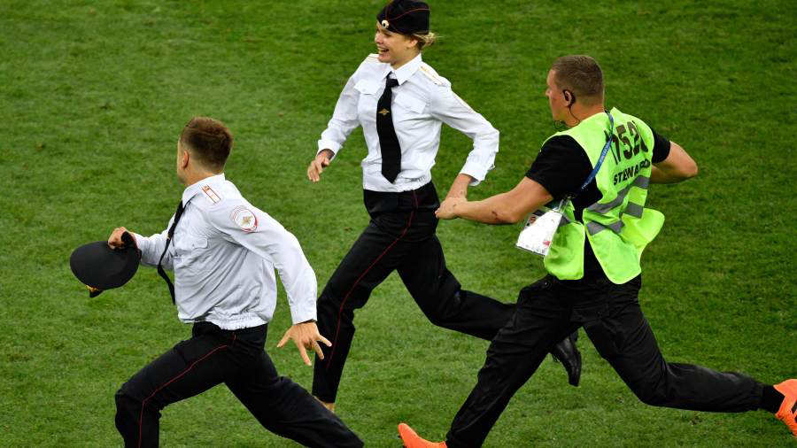 Intrusos invadieron la cancha durante la final del Mundial