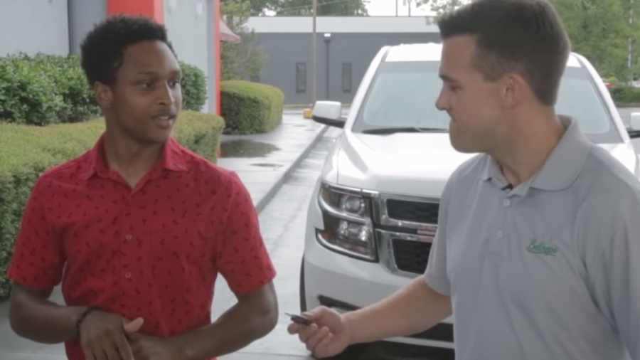 �Incre�ble! Camin� 32 kil�metros para llegar a su primer d�a de trabajo y su jefe le regal� un carro | elsalvador.com