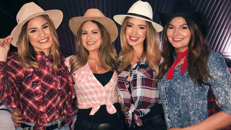 Mujeres vestidas de vaqueras