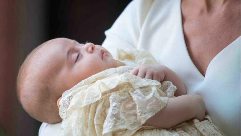 Kate Middleton sostiene al bebé en sus brazos.