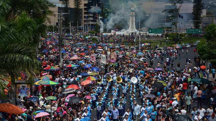 Colorido desfile del Correo da paso a las fiestas en San Salvador