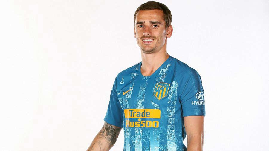 Fotografía facilitada por el Atlético de Madrid que lucirá rayas en dos  tonos de azul en la camiseta de su tercera equipación d563d80d28d7b