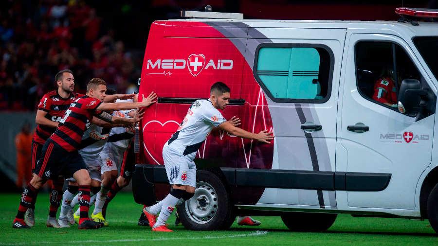 Tragicómico: jugadores brasileños debieron empujar una ambulancia que no podía arrancar