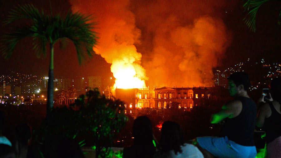 Sofocan el incendio que destruyó el Museo Nacional de Brasil