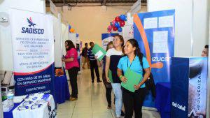 Cientos de jóvenes buscan una oportunidad en feria de empleo