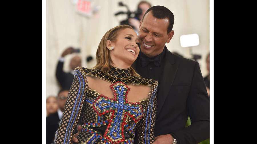 Jennifer Lopez impacta con fotos en traje de baño
