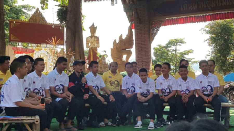 Los niños tailandeses rescatados de la cueva reciben camisetas del ... 1ddce687857f4