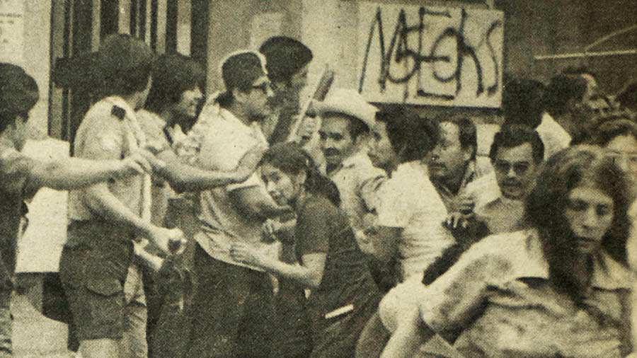Varios de los asistentes buscan refugio cuando comenzaron los incidentes.