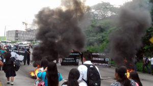 Supuestos policías bloquearon autopista Los Chorros y generaron caos vehicular