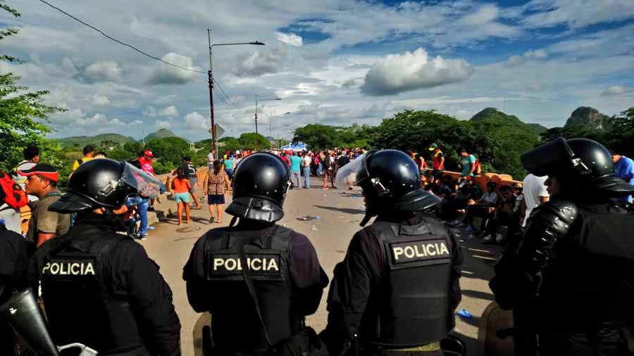 Caravana de inmigrante hondureños cruza territorio salvadoreño por frontera El Amatillo
