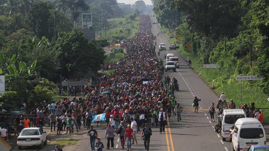 Migrantes hondureÒos reanudan en MÈxico su marcha a frontera con EEUU