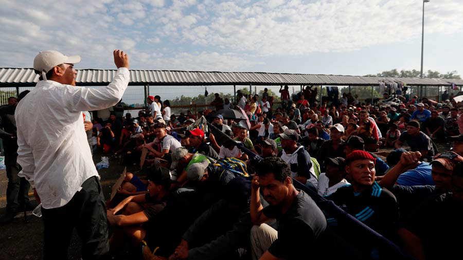 Los migrantes hondureÒos siguen esperando en el puente para entrar a MÈxico
