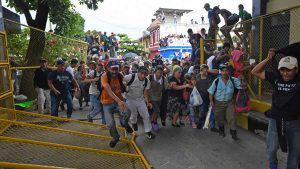 Caravana de hondureños rompe cerco y cruza frontera en México