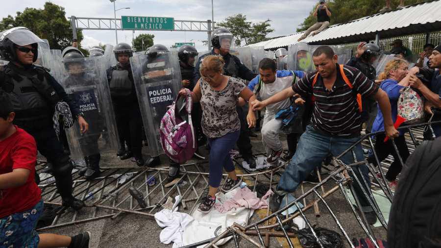 Resultado de imagen para MIGRANTES HONDUREÑOS INTENTAN INGRESAR A MEXICO A LA FUERZA